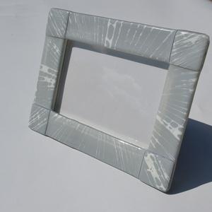 Sugaras fényképtartó, Otthon & lakás, Lakberendezés, Képkeret, tükör, Üvegművészet, Kemencében olvasztott színesüveg fényképtartó.Méret:20x15cm ,10x15-ös képhez\nFekvő és álló funkcióva..., Meska