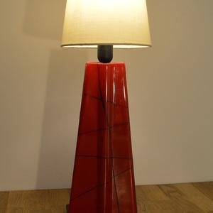 Piros design lámpa, Otthon & lakás, Dekoráció, Lakberendezés, Lámpa, Asztali lámpa, Hangulatlámpa, Üvegművészet, Kemencében olvasztott színes-üveg lámpa.\nA lámpa alsó része üvegből készült a búrája textilből.Minde..., Meska