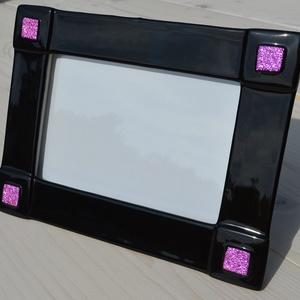 Fekete-rózsaszín fényképtartó, Otthon & lakás, Dekoráció, Lakberendezés, Képkeret, tükör, Üvegművészet, Kemencében olvasztott színesüveg fényképtartó.Méret:20x15cm ,10x15-ös képhez\nFekvő és álló funkcióva..., Meska