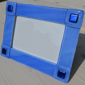 Kék fényképtartó, Otthon & lakás, Dekoráció, Lakberendezés, Képkeret, tükör, Üvegművészet, Kemencében olvasztott színesüveg fényképtartó.Méret:20x15cm ,10x15-ös képhez\nFekvő és álló funkcióva..., Meska