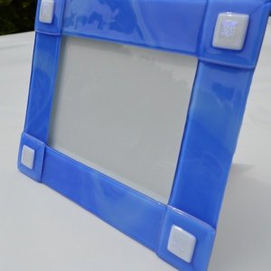 Kék-fehér fényképtartó, Otthon & lakás, Lakberendezés, Képkeret, tükör, Dekoráció, Üvegművészet, Kemencében olvasztott színesüveg fényképtartó.Méret:21,5x26,5cm ,15x20-as képhez\nFekvő és álló funkc..., Meska