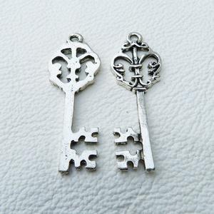 Viktoriánus kulcsok - 40mm - 6db, Gyöngy, ékszerkellék, Egyéb alkatrész, Fémmegmunkálás, ötvösség, Cink ötvözet viktoriánus stílusú kulcsok antikolt ezüst színben.   Ón és nikkelmentes bevonattal. A..., Alkotók boltja
