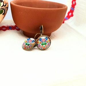 Tavaszcsokor patentkapcsos fülbevaló, üveglencsés ékszer, népi motívummal, nemesfém vagy bronz színű alappal, virágos (folkosabban) - Meska.hu