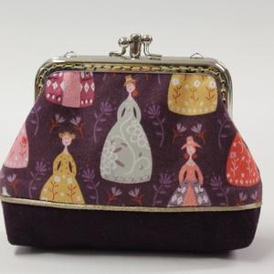 Padlizsán hölgyek-pénztárca, Táska & Tok, Pénztárca & Más tok, Pénztárca, Varrás, Fém csatos pénztárca,színes dámákkal és finom bársonyos lila textillel.\nA tárca fém kerete 10 cm szé..., Meska