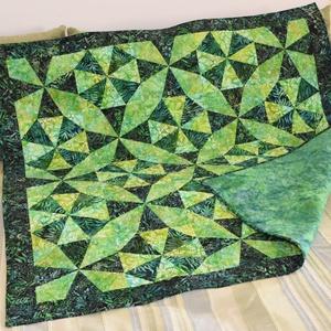 Kaleidoszkóp Quilt, Esküvő, Nászajándék, Lakberendezés, Otthon & lakás, Patchwork, foltvarrás, Élénk zöld színű batik (100% pamut) anyagokból készült patchwork terítő (méret: 128cmx128cm), szabad..., Meska