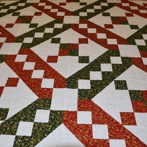Jacob\'s ladder quilt, Lakberendezés, Otthon & lakás, Lakástextil, Takaró, ágytakaró, Patchwork, foltvarrás, Varrás, Tradicionális blokkokkal, pamutvásznakból készült takaró, piros-zöld-arany-fehér színekben, mérete: ..., Meska