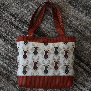 Rénszarvasok piros táska, Táska, Táska, Divat & Szépség, Válltáska, oldaltáska, Varrás, Aranyozott rénszarvas mintás és piros-bordó csíkos patchwork anyagokból készült, bélelt táska (méret..., Meska
