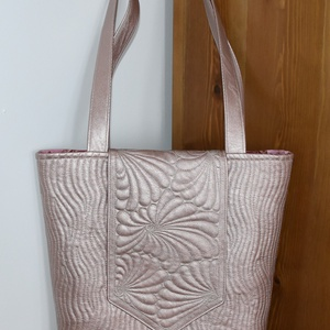 Lazac textilbőr táska, Táska & Tok, Válltáska, Kézitáska & válltáska, Lazac/rózsaszínes textilbőrből készült, szabad kezes gépi tűzéssel gazdagon díszített, jó tartású vá..., Meska