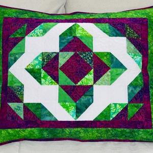 Lótuszvirág patchwork díszpárnahuzat, Otthon & lakás, Lakberendezés, Lakástextil, Varrás, Patchwork, foltvarrás, Élénk zöld és lila színű batik patchwork anyagokból (Robert Kaufman, Anthology, Island Batik) összeá..., Meska