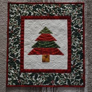 Kis karácsony falikép, Karácsonyi dekoráció, Karácsony & Mikulás, Otthon & Lakás, Varrás, Patchwork, foltvarrás, Minőségi anyagokból készült, jó tartású patchwork karácsonyfa falikép (méret: 52,5cmx57cm) szabad ke..., Meska