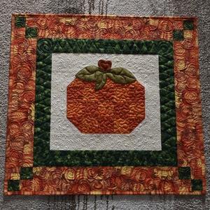 Tök terítő, Otthon & lakás, Lakberendezés, Lakástextil, Terítő, Varrás, Patchwork, foltvarrás, Minőségi anyagokból készült, élénk színű patchwork terítő aranyozott tök mintával, applikált levelek..., Meska