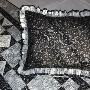 Ünnepi ezüst párnahuzat, Otthon & lakás, Lakberendezés, Lakástextil, Párna, Varrás, Ezüstözött mintás, minőségi patchwork anyagokból készült, fodros szélű díszpárna huzat (+párna) tépő..., Meska