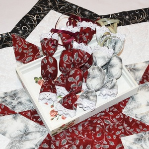 Szaloncukor karácsonyfa dísz (bordó), Otthon & Lakás, Karácsonyfadísz, Karácsony & Mikulás, Ezüstözött bordó minőségi patchwork anyagból készült textil szaloncukor karácsonyfa dísz. A szaloncu..., Meska