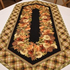 Őszi asztali futó, Otthon & Lakás, Konyhafelszerelés, Terítő, Aranyozott minőségi patchwork anyagból (Timeless Treasures - Gather Here) készült asztali futó (110x..., Meska