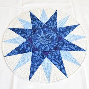 Tengerész iránytűje, Otthon & Lakás, Konyhafelszerelés, Terítő, Kék - fehér batik (Timeless Treasures - Tonga Soleil), a hátoldalon lila mintás patchwork (Stof - Th..., Meska