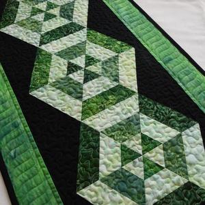Zöld hatszögek, Otthon & Lakás, Konyhafelszerelés, Terítő, Minőségi, élénk zöld batik (Robert Kaufman) és fekete patchwork (Cona Cotton) anyagokból készült zöl..., Meska