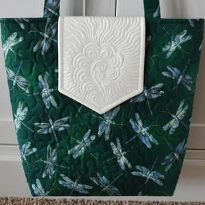 Türkiz szitakötők (zöld alapon) táska, Táska & Tok, Kézitáska & válltáska, Válltáska, Varrás, Aranyozott, zöld alapon türkiz szitakötőket ábrázoló minőségi patchwork anyagból (Kanvas - Moonlit D..., Meska