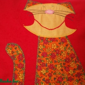 Virágos cicukás párnácska, Párna & Párnahuzat, Lakástextil, Otthon & Lakás, Patchwork, foltvarrás, Varrás, Piros pamutvászonra, narancssárga alapon virágmintás karton anyagból applikációs technikával készíte..., Meska