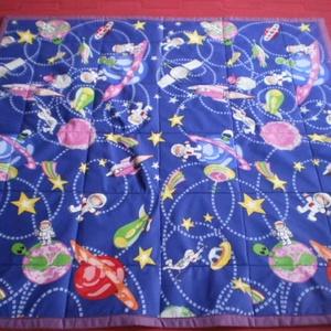 Űrodüsszeia játszószőnyeg ajándék csörgős textil babakockával, Játék, Gyerek & játék, Baba-mama kellék, Baba játék, Varrás, \n Sok szeretettel ajánlom kisbabás családoknak ezt a patchwork mintás játszószőnyeget! \n Ez a játszó..., Meska
