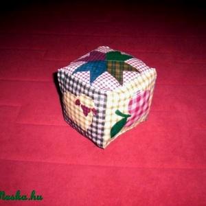 Csörgős baba kocka patchwork mintával, Babakocka, 3 éves kor alattiaknak, Játék & Gyerek, Varrás,  AJÁNDÉKBA KAPHATOD, HA EBBŐL AZ ANYAGBÓL KÉSZÜLT JÁTSZÓSZŐNYEGET VÁSÁROLSZ!!!  \nNatúr színű patchwo..., Meska