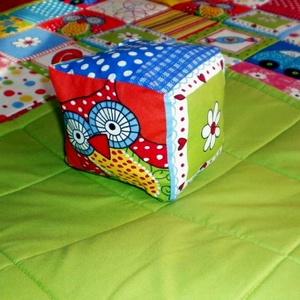 Tarka-barka csörgős baba kocka , Babakocka, 3 éves kor alattiaknak, Játék & Gyerek, Varrás,  Patchwork mintás pamutanyagból varrtam  a kockákat babáknak.\n Szivaccsal töltöttem meg,csörgő is va..., Meska