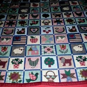 Patchwork mintás játszószőnyegszőnyeg ajándék csörgős textil babakockával!, Gyerek & játék, Játék, Otthon & lakás, Dekoráció, Baba-mama kellék, Varrás,  BORDÓ HÁTLAPPAL ÉS SZEGÉLLYEL...\n Sok szeretettel ajánlom kisbabás családoknak ezt a patchwork mint..., Meska