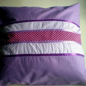 Lady Lavender lila pöttyös párna, Lakberendezés, Otthon & lakás, Lakástextil, Párna, Gyerek & játék, Varrás,  Levendulalila pamutvászon díszpárna.\nMérete 38 X 38 cm.\nA párnahuzat tökéletesen illeszkedik az IKE..., Meska