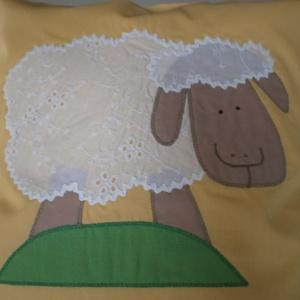 Madeira...Vaníliasárga báránykás párna , Dekoráció, Otthon & lakás, Lakberendezés, Ünnepi dekoráció, Gyerek & játék, Patchwork, foltvarrás, Varrás,  Mi ez már megint?!? \n A legújabb Foltonfoltos báránykás párna MOST ajándék farkasfoggal!!! \n Vaníli..., Meska