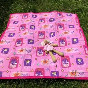 Királylányos játszószőnyeg ajándék csörgős textil babakockával, Játszószőnyeg, 3 éves kor alattiaknak, Játék & Gyerek, Varrás,  Sok szeretettel ajánlom kisbabás családoknak ezt a játszószőnyeget! \n 125 cm X 125 cm-es, anyaga mi..., Meska