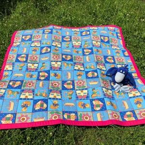 Pink szegélyű macis játszószőnyeg ajándék csörgős textil babakockával!, Játszószőnyeg, 3 éves kor alattiaknak, Játék & Gyerek, Varrás, AJÁNDÉKBA KAPSZ HOZZÁ EGY PATCHWORK MINTÁS BABAKOCKÁT!!!      \n 100%-os pamutvászonból varrtam ezt a..., Meska