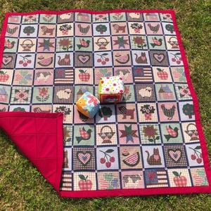 Patchwork mintás játszószőnyegszőnyeg ajándék csörgős textil babakockával!, Játszószőnyeg, 3 éves kor alattiaknak, Játék & Gyerek, Varrás,  MEGGYPIROS HÁTLAPPAL ÉS SZEGÉLLYEL...\n Sok szeretettel ajánlom kisbabás családoknak ezt a patchwork..., Meska