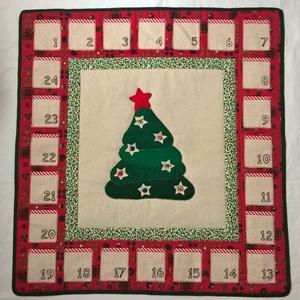 Fenyős adventi naptár, Otthon & Lakás, Karácsony & Mikulás, Adventi naptár, Varrás, Patchwork, foltvarrás, Pamutvászon, karton, lenvászon és filc anyagok felhasználásával készítettem el. A központi fenyő mot..., Meska