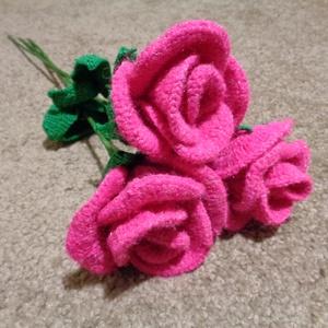 Horgolt virágok, Dekoráció, Otthon & lakás, Csokor, Horgolás, Három szál horgolt rózsa. Színe élénk rózsaszín. A fonál, melyből készült egyedi csillogást, fényt k..., Meska