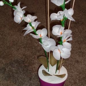 Orchidea fehér, Csokor & Virágdísz, Dekoráció, Otthon & Lakás, Mindenmás, A fehér orchidea harisnyából és drótból készült és lila műanyag kaspóba lett elhelyezve.\nÉlethű megj..., Meska
