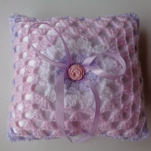Horgolt gyűrűpárna, Gyűrűtartó & Gyűrűpárna, Kiegészítők, Esküvő, Horgolás, Varrás, Az álom esküvő hangulatába illeszkedik a romantikus, rózsaszín-lila pasztell színű fonálból horgolt ..., Meska