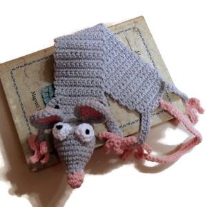 Könyvből szabaduló egér könyvjelző, középszürke, Otthon & Lakás, Papír írószer, Könyvjelző, Ez a nagyobbacska vicces egér, vagy kisebb patkány, épp szabadulni igyekszik a könyvből mely fogvata..., Meska