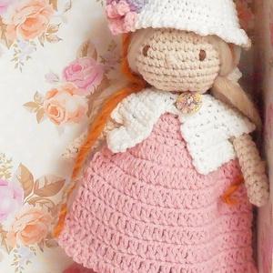 Emma baba ruhatárral, kézzel készített öltöztethető baba díszdobozban., Játék & Gyerek, Öltöztethető baba, Baba & babaház, Emma baba horgolt, bájos, egyedi baba. Pamut keverék fonalból saját minta alapján horgoltam, kézzel ..., Meska