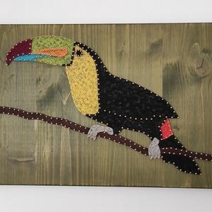 Fonalgrafikával készült (String art) Tukán madár mintájú falidísz, Művészet, Más művészeti ág, Famegmunkálás, Festett tárgyak, Ez a színes, tukán madár mintájú kép vidám kiegészítője lehet egy otthonak, egy irodának, de  akár i..., Meska