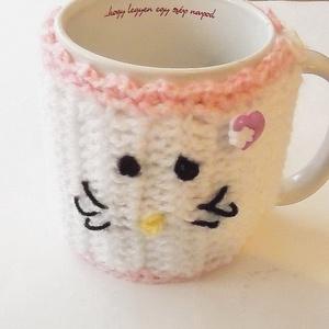 Hello Kitty bögremelegítő, Otthon & lakás, Lakberendezés, Tárolóeszköz, Egyéb, Horgolás, Varrás, \nPuha fonalból horgoltam, aranyos kis gombokkal díszítettem ezt a Hello Kitty bögremelegítőt.\n7000 f..., Meska
