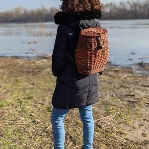 Fonott hátika, Táska & Tok, Hátizsák, Hátizsák, Fonás (csuhé, gyékény, stb.), Fűzvesszőből font hátika, puha marhabőr szerelékkel. Alapja 5 mm-es pácolt rétegelt lemez. Méretek: ..., Meska