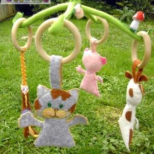 bébi állatkás mozgóka, Gyerek & játék, Játék, Baba játék, Varrás, Hímzés, Ez a forgóka filcanyagból készült, gyapjúval töltött, csak természetes anyagokat tartalmaz, egyedi,k..., Meska