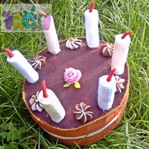 filc torta, Gyerek & játék, Dekoráció, Otthon & lakás, Játék, Baba, babaház, Hímzés, Varrás, Ez a filc torta 20cm átmérőjű,nem lehet szeletekre szedni. 10 cm magas, a gyertyákkal együtt 17 cm m..., Meska