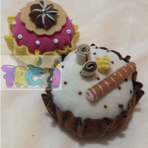 játék muffin babakonyhába, Gyerek & játék, Konyhafelszerelés, Otthon & lakás, Játék, Baba, babaház, Hímzés, Varrás, A kicsi muffin 7 cm átmérójű és 5cm magas, a nagyobb\n8.5cm átmérójű és 5cm magas.filc és plüss anyag..., Meska