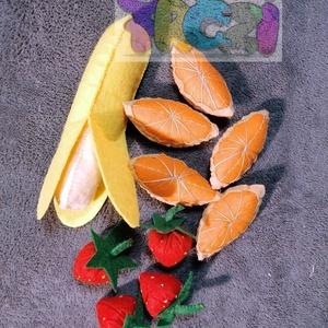 filc játék gyümölcs,banán,narancs,eper, Szerepjáték, Játék & Gyerek, Varrás, Hímzés, filc anyagból készült, mérete 15 cm. a banán kivehető a héjból. az eper 5 cm , a csomagban 3 db talá..., Meska