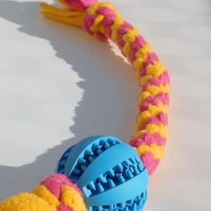 Kutyajáték kék labdával, sárga-rózsaszín, Otthon & Lakás, Kisállatoknak, Kutyáknak, Csomózás, Polár anyagból csomózással készült rugalmas kutyajáték, melyet labdával egészítettem ki.\nA labda ter..., Meska