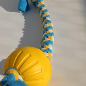 Labdás kutyajáték, sárga-kék-fehér, Otthon & Lakás, Kisállatoknak, Kutyáknak, Csomózás, Polár anyagból csomózással készült rugalmas kutyajáték, melyet labdával egészítettem ki.\nA labda any..., Meska