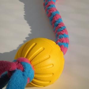 Sárga labdás kutyajáték, Kutyáknak, Kisállatoknak, Otthon & Lakás, Csomózás, Polár anyagból csomózással készült rugalmas kutyajáték, melyet labdával egészítettem ki.\nA labda any..., Meska