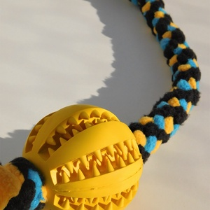 Labdás kutyajáték, Kutyáknak, Kisállatoknak, Otthon & Lakás, Csomózás, Polár anyagból csomózással készült rugalmas kutyajáték, melyet labdával egészítettem ki.\nA labda ter..., Meska