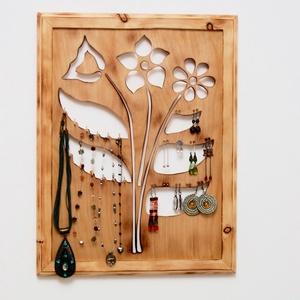 Virágos (fali) ékszertartó láncoknak, akár 40 pár fülbevalónak, Ékszer, Ékszertartó, Fülbevaló, Nyaklánc, Famegmunkálás, Ki a virágot szereti, rossz ember nem lehet! Ez a kézzel készített, falra szerelhető, saját tervezés..., Meska