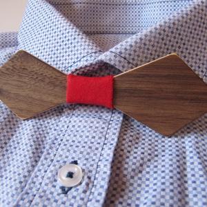 Fa csokornyakkendő piros anyaggal, Ruha & Divat, Férfi ruha, Nyakkendő, Famegmunkálás, Varrás, Fából készült csokornyakkendő diófa furnérjával, középen piros színű anyaggal.\n\nEgyedi kiegészítőnke..., Meska